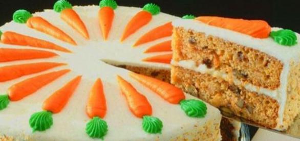 Torta di carote con aggiunta di farcitura e glassa