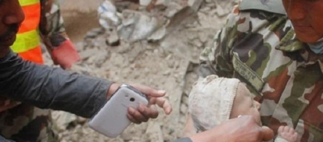 Uma bebé de quatro meses foi encontrada vida dias após o terramoto, apenas coberta de pó e sem lesões.