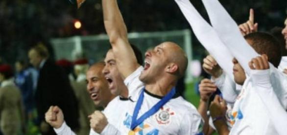 Capitão do mundial, ergue troféu com sua medalha