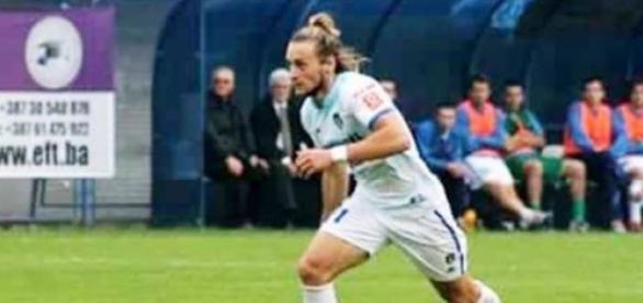 O jogador atuando pelo clube da Bósnia