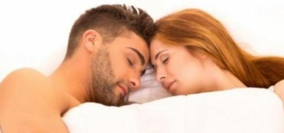 Poziţia sugerează intimitate şi erotism în cuplu