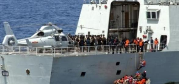 Refugiati din Yemen sunt primiti la bordul navelor