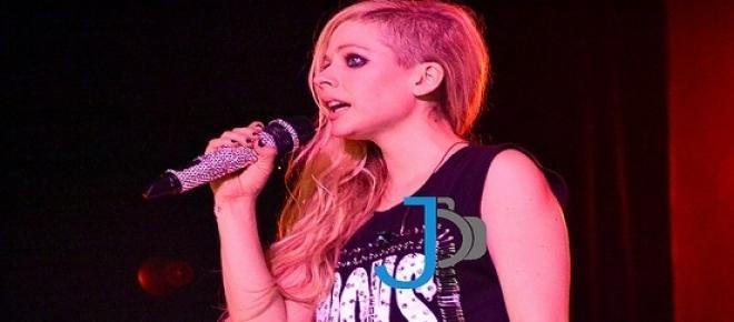 <strong>Avril Lavigne </strong>bei einem Fotoshooting vor ihrer schlimmen Erkrankung. Zu diesem Zeitpunkt ahnte die schöne Sängerin nicht, wie schlecht es ihr schon bald gehen würde. Und wie nebensächlich Schönheit und Ruhm im Leben doch sein kann.
