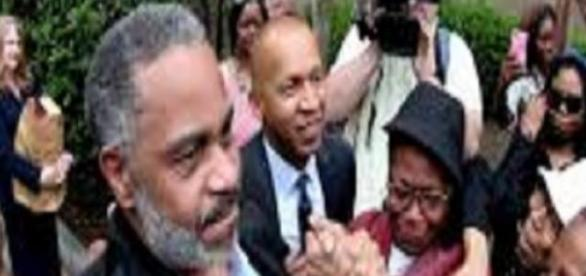Anthony Ray Hinton é inocentado de crime nos EUA.