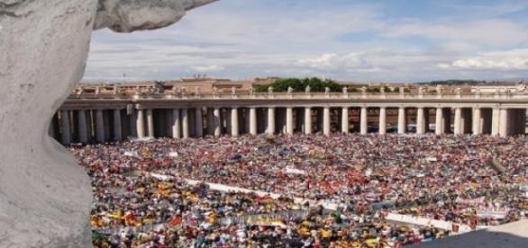 La Plaza de San Pedro en Roma esperando al Papa