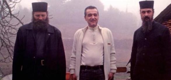Gheorghe Becali alaturi de calugari (fratii lui)