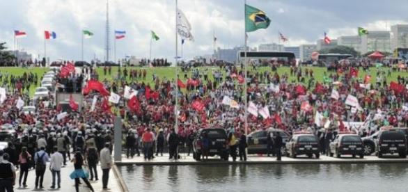 Manifestantes e policiais entram em confronto