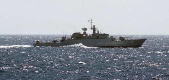 Navios iranianos navegam junto da costa iemenita.