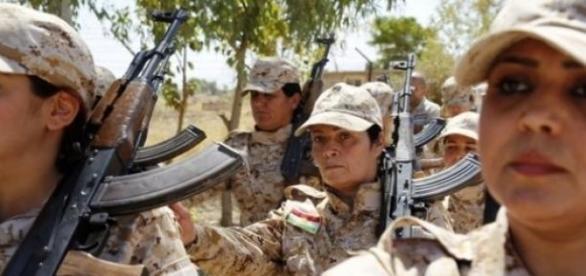 Combatentes curdas lutam contra Estado Islâmico