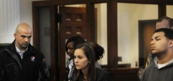 Joe Salgado, cabisbaixo, olha para o acusado.