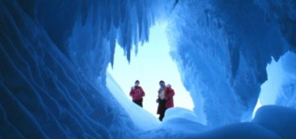 Tuneluri misterioase descoperite in Antartica