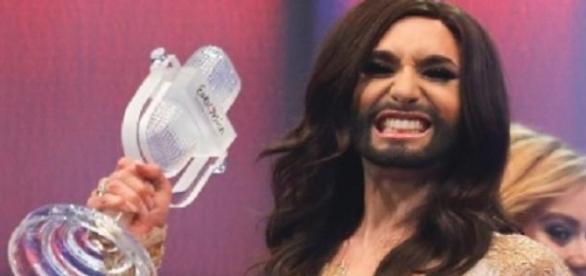 Conchita com o famoso prémio da Eurovisão