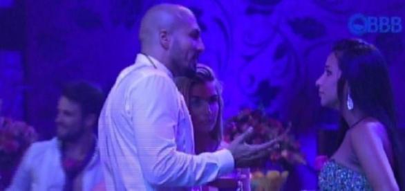 Fernando e Aline curtem balada juntos