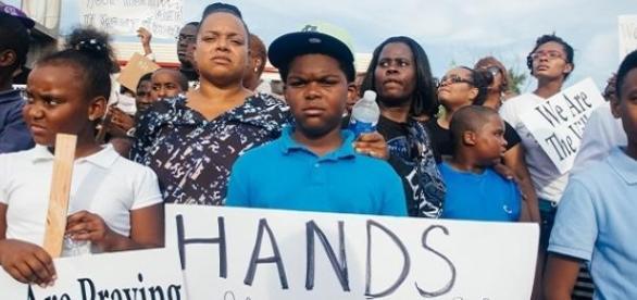 Manifestantes contra os crimes raciais