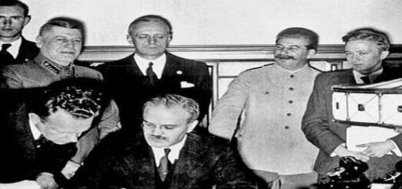 Mołotow podpisuje pakt z III Rzeszą