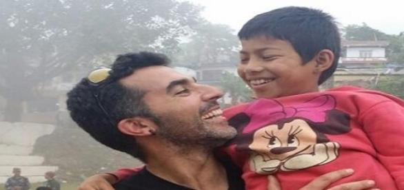Antonio con un niño en Nepal