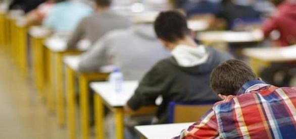 Estudantes fazendo a prova do ENEM