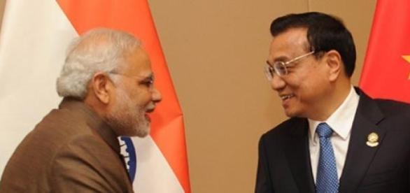 Il saluto tra il premier indiano e quello cinese.