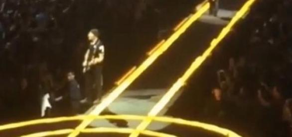 The Edge não se apercebeu da mudança no palco.