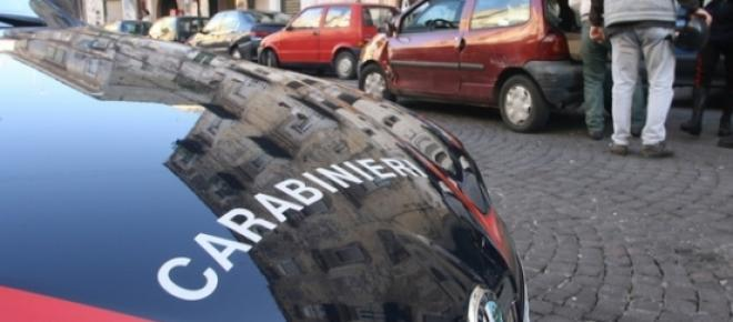 Carabinierii perchezitioneaza un portbagaj