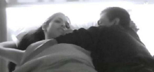 Brian en la cama junto a su amada Maipi