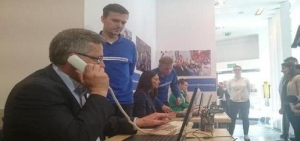 Telefon do przyjaciela - Komorowski w pracy