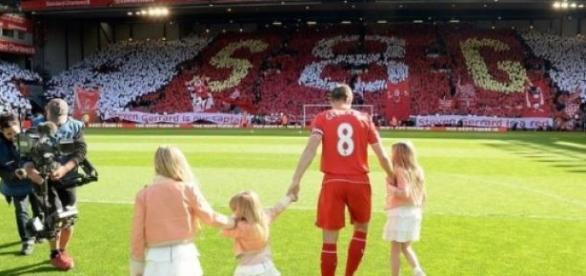Gerrard en el césped de Anfield por última vez