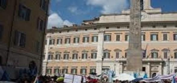 Contestazioni all'esterno di Montecitorio.