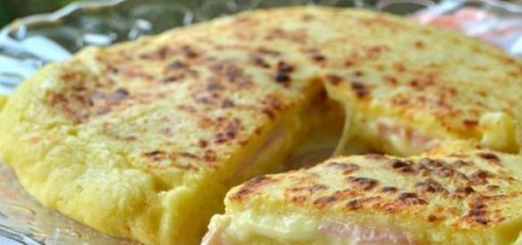 La pizza ripiena, con patate e formaggio