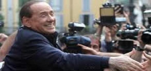Silvio Berlusconi saluta i fans.