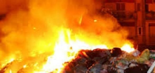Rifiuti in fiamme nella terra dei fuochi.