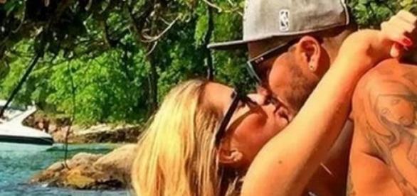 Ex-BBBs Fernando e Aline aparecem se beijando