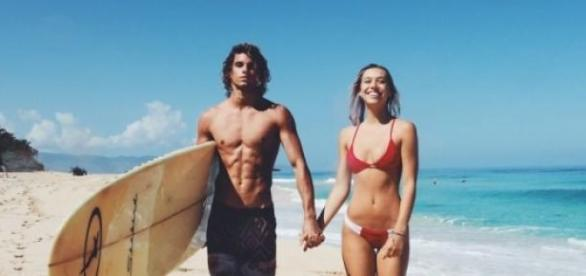 Jay y Alexis juntos en una playa paradisíaca.