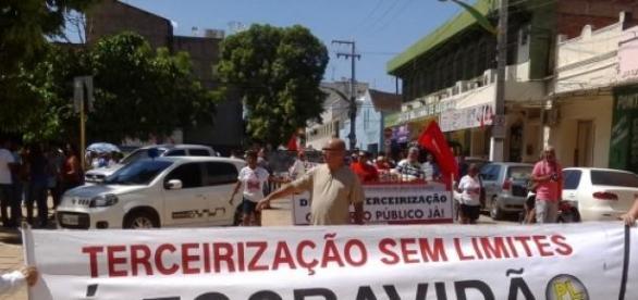 Manifestantes na frente da prefeitura do crato