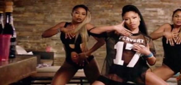 "Nicki Minaj et son maillot ""Pervert""."