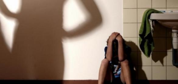 O elevă de 12 ani a fost abuzată de 60 de pedofili