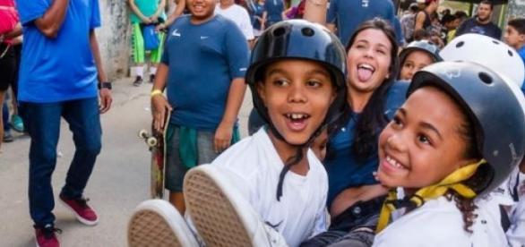 Voluntária e crianças Foto: Dhani Borges