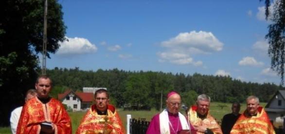 Kapłani podczas mszy ekumenicznej na polskiej wsi