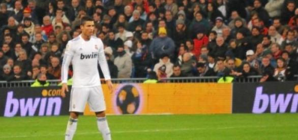 Cristiano Ronaldo a punto de lanzar una falta
