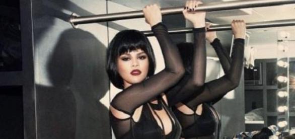 Selena Gomez zeigt sich sexy an der Stange