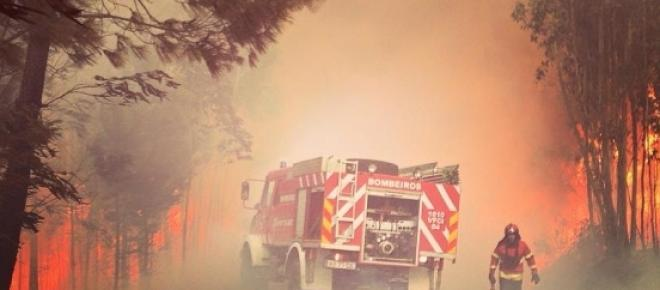 Bombeiros feridos, um casal de idosos queimados e etapas do Rali de Portugal anuladas são algumas das consequências do incêndio de Ponte de Lima que ainda está ativo e com várias frentes.