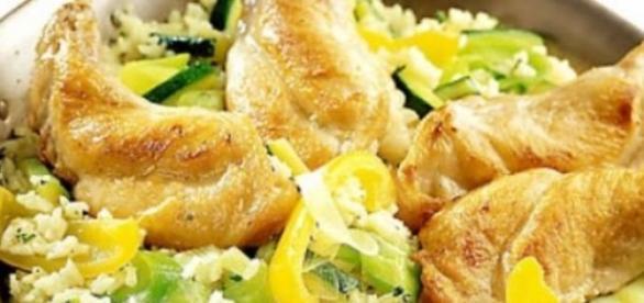 piatto a base di riso, coniglio e verdure