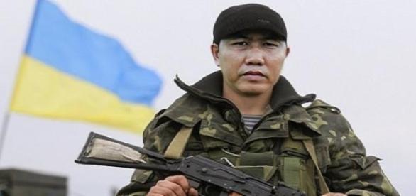 Ein ukrainischer Soldat in Kampfmontur