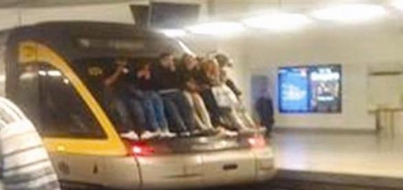 """""""Train surfing"""" no metro do Porto"""