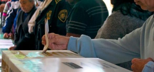 Elecciones: Ciudadano depositando su voto