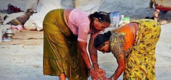 Mujeres bañándose en India - CC-by Matt Paish