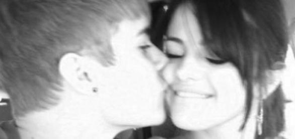 Justin Bieber küsst seine Selena Gomez.