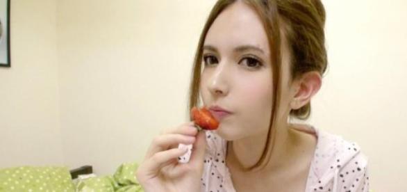 Rola Misaki disfrutando de una deliciosa fresa