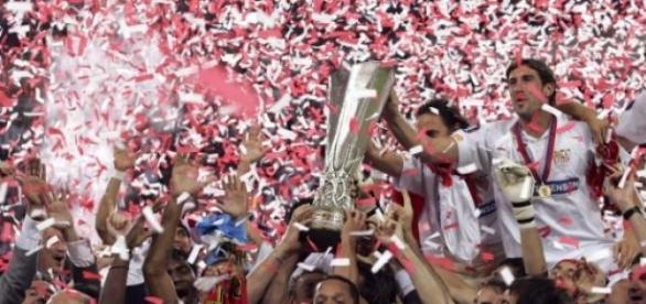 Los hombres del Sevilla festejan el título europeo
