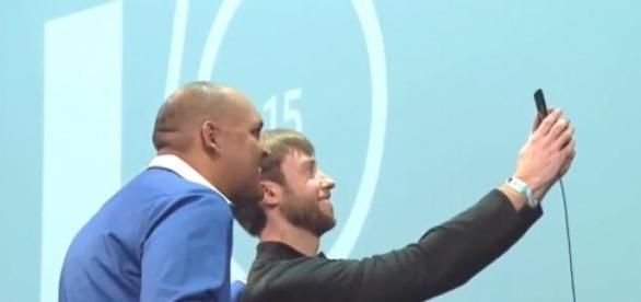 Executivos da Google tiram selfie em palco.